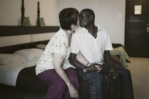 Зрелая дама с молодим африканцем